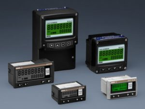 Esta faixa de tacômetros pode exibir a velocidade em unidades de engenharia de quase qualquer sensor de saída de pulso, como um detector de proximidade. Para simplificar a manutenção, eles também podem exibir o tempo de execução do maquinário monitorado. Os parâmetros são fáceis de ajustar no local e os modelos estão disponíveis para instalação na maioria das áreas seguras e perigosas. Os instrumentos podem ser fornecidos prontos para instalação com a configuração especificada pelo cliente, escala e marcação.